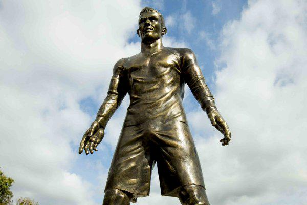 Christiano Ronaldo has been, um, honored with a well-hung statue: http://t.co/Hk9iBZV50s http://t.co/lEh71wcGU7