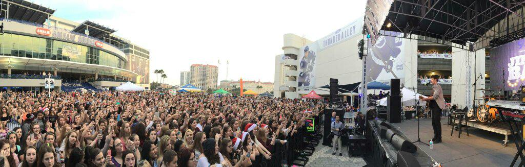 You are seriously the best crowd ever. We love you!! @ShawnMendes #preshowfreeshow #FLZJingleBall http://t.co/JWuRivmIAI