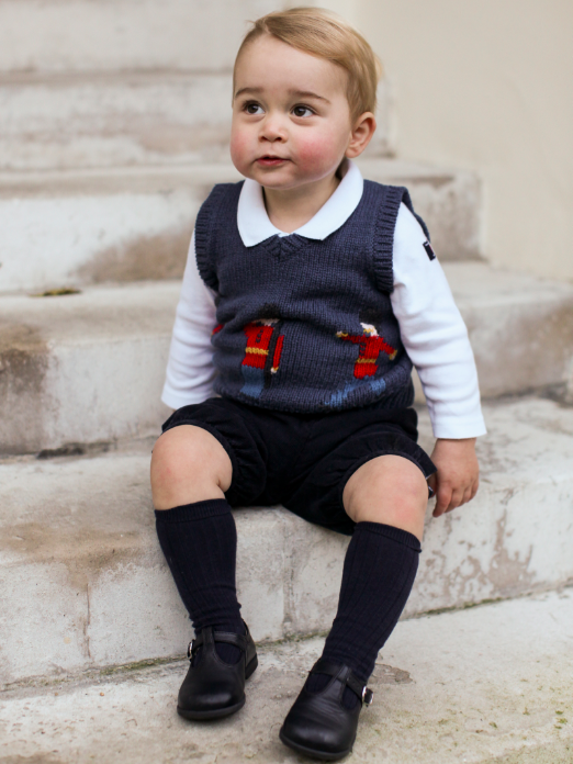 Just look at that face! Prince George hams it up in his Christmas portraits: http://t.co/EEATFL08Rt #KateMiddleton http://t.co/J2PKBvBrhy