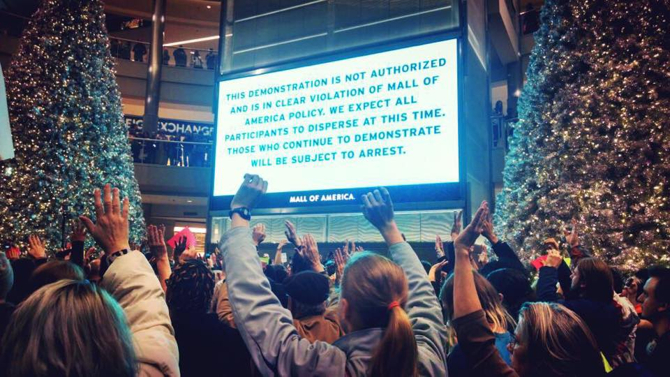 MOA last Saturday, & friend says dystopic msg was accompanied w/flashing lights & sirens :/  #mnnice #chargemetoo http://t.co/JWP2YUXxMT
