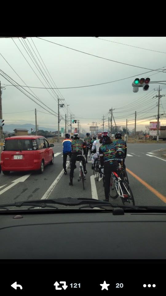 FB仲間の方の投稿を見て驚いています。スポーツ自転車乗り、それも集団でこのレーン信じられません、こんな光景初めてみました。同じ自転車乗りとして恥ずかしいです。 http://t.co/k8Vllk9NS6