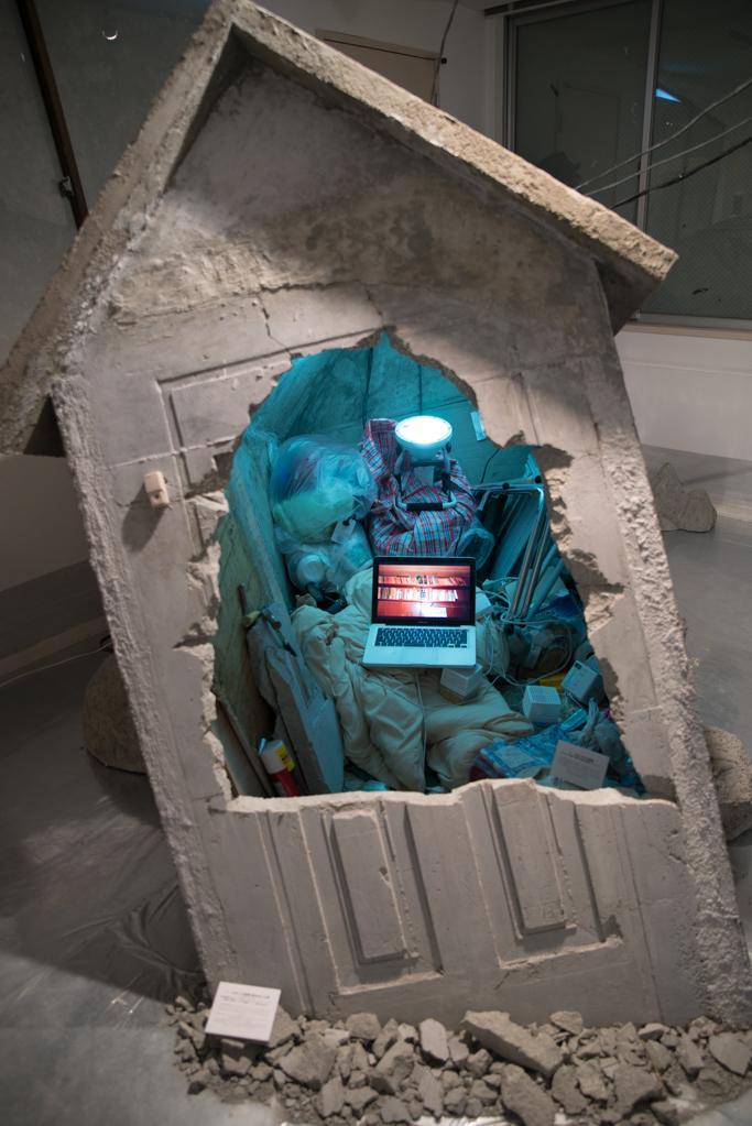 渡辺篤「止まった部屋 動き出した家」展 http://t.co/QYYlXwMZuH 命がけで作られた展示であることは現地に行けばわかります。 http://t.co/r2KcVxAiFO