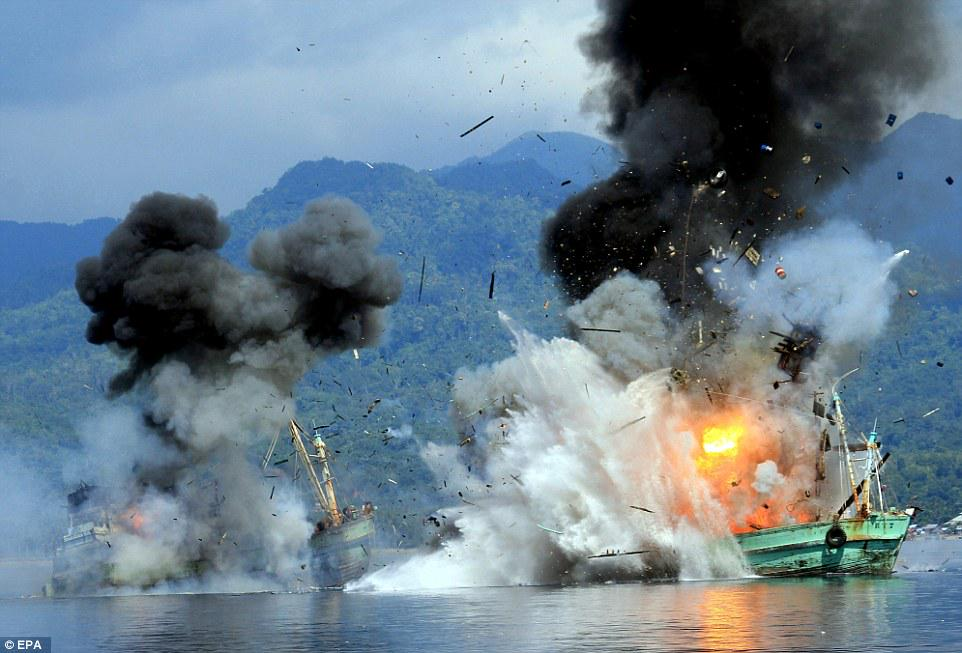 インドネシア海軍が密漁船に対して行った対応が凄まじい件 http://t.co/tNrzWBFyW8 @aquacatalyst 「裁判などの法的手続きをすべて済ませ、有罪が確定した日 政府判断の元、インドネシア海軍によって爆破された http://t.co/5Ye4DamlI5