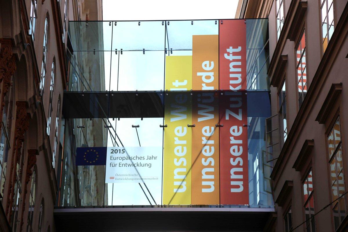 Brücke von @MFA_Austria weist auf Europäische Jahr für Entwicklung @EYD2015 hin. Entwicklung verbindet http://t.co/uw37JD2Xkc