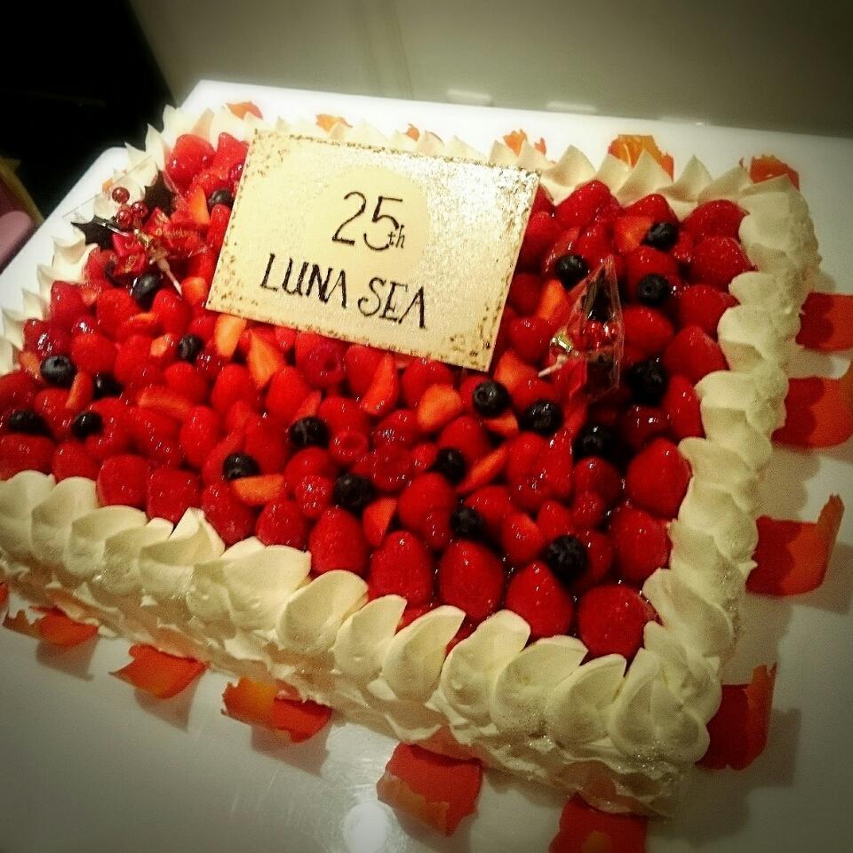 昨日食べたこのケーキがすごーーい美味しかったなぁ、と起きてからも思っている。 http://t.co/h7HnrRlMdm