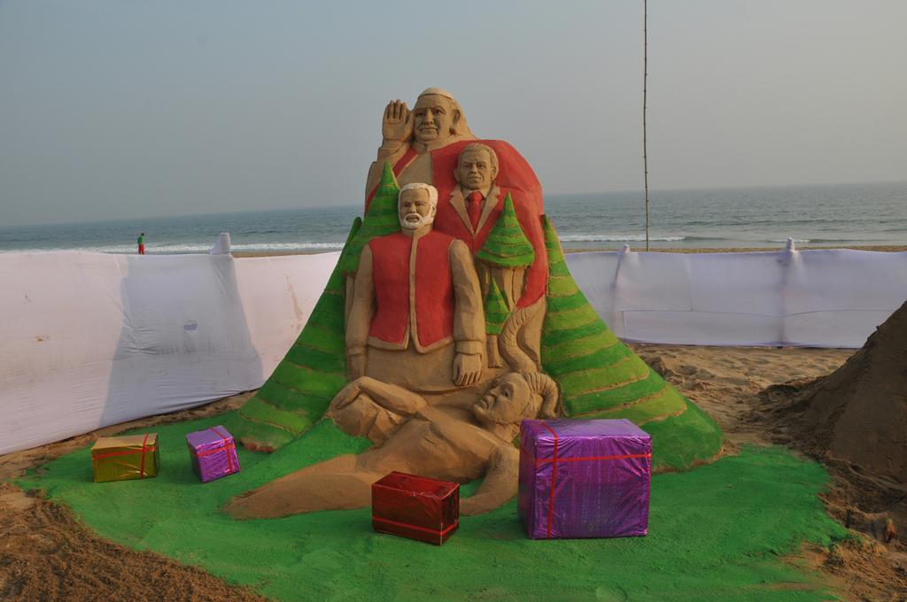 Angels of trinity plays #Santa at Puri beach for Peace #SandArt on puri Beach