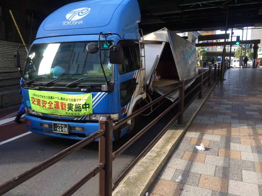 秋葉原でトラック事故ってた pic.twitter.com/sAqUCnyIxb