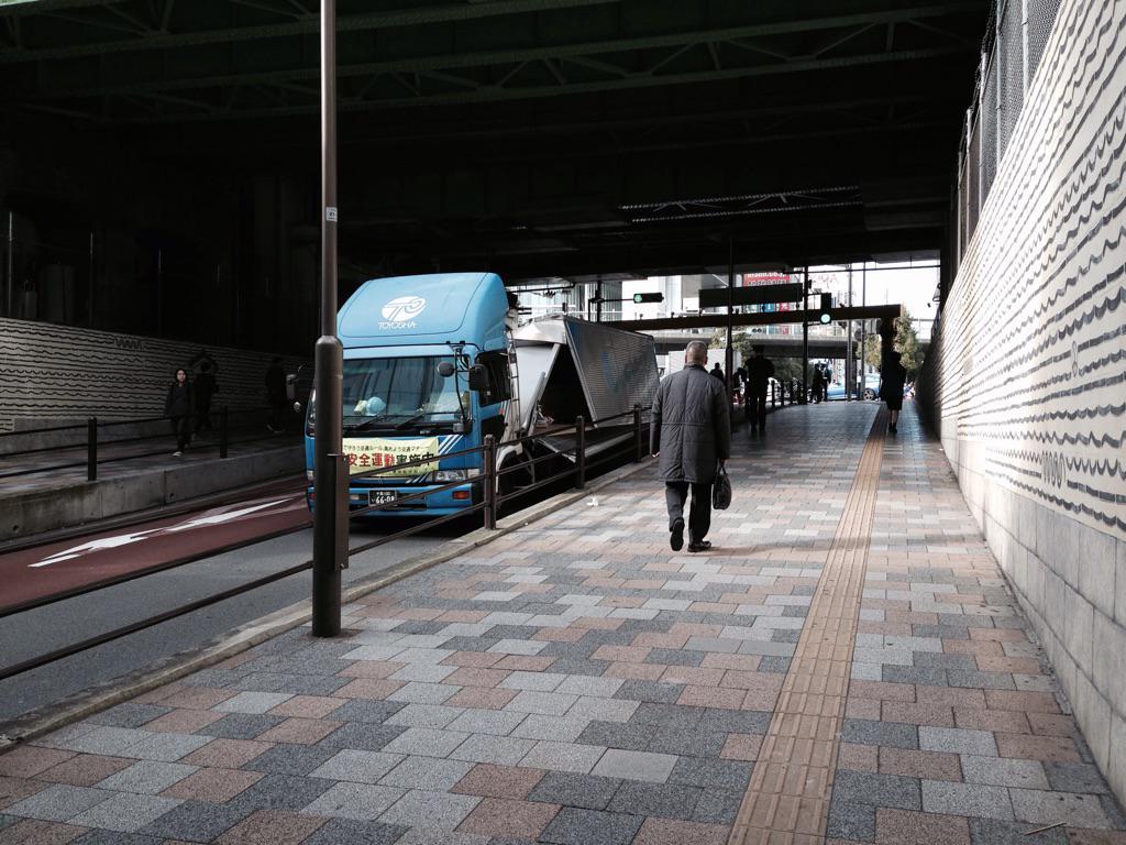 また秋葉原駅北口のガード下で高さ制限超過による事故発生 #akiba pic.twitter.com/a1dDsgfsKJ
