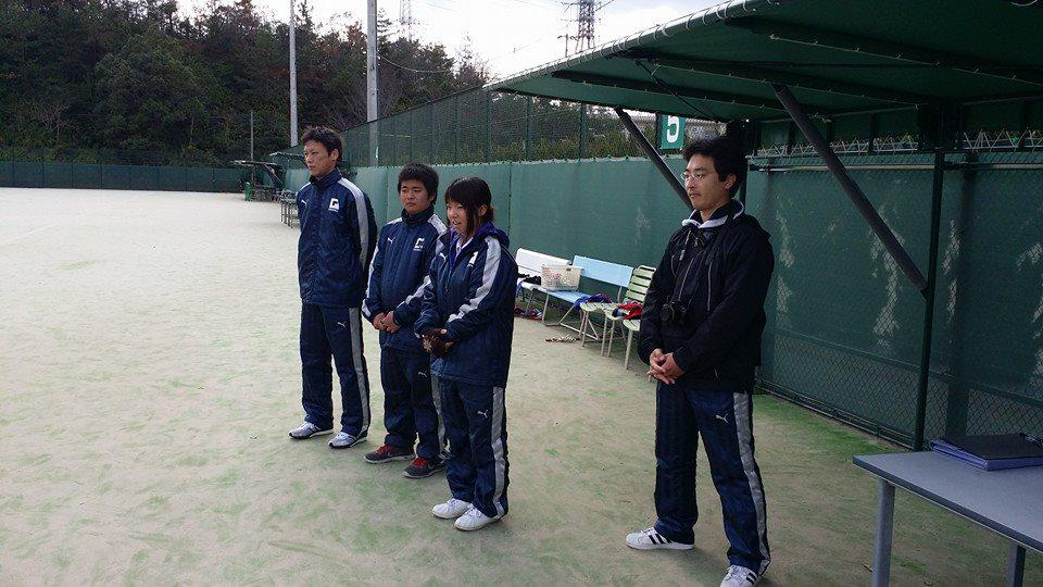 高校ソフトテニス部年末トレーニング合宿3日間の日程を終了し、全員筋肉痛で死にそうな状況の集合写真です。 みんな、お疲れ様。学生トレーナーもお疲れ様!