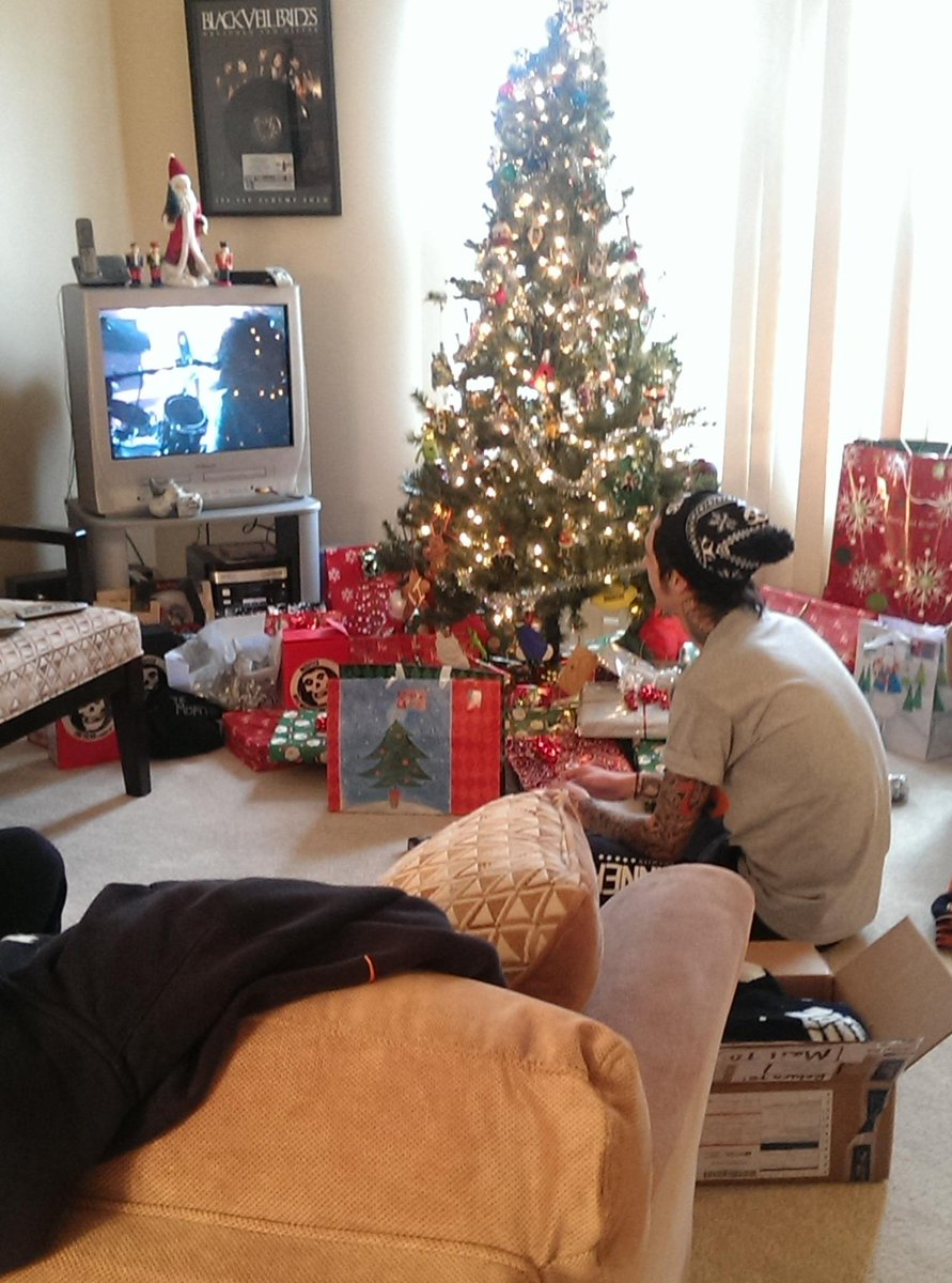 A Biersack Christmas includes Andy, up early, watching VHS tape of @KISSOnline's X-treme Closeup. Merry Kissmas! ;) http://t.co/Sr8css9dGD