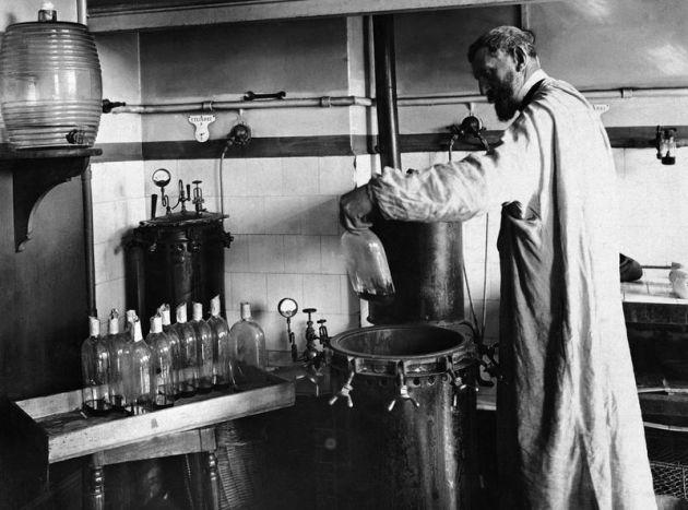 """#Pasteur desarrolló la """"pasteurización"""" por calor que destruye microbios patógenos sin afectar alimentos y bebidas http://t.co/s3QbTiTZ4n"""