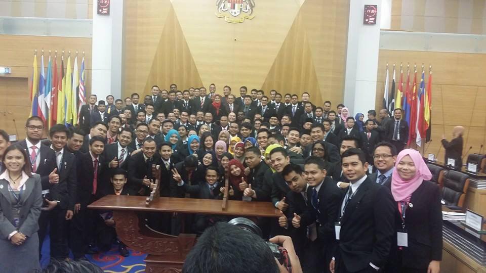 Bersama Ahli Parl Belia selepas sidang 10jan15..@NajibRazak @Khairykj http://t.co/nQ4bZ0m7Xg