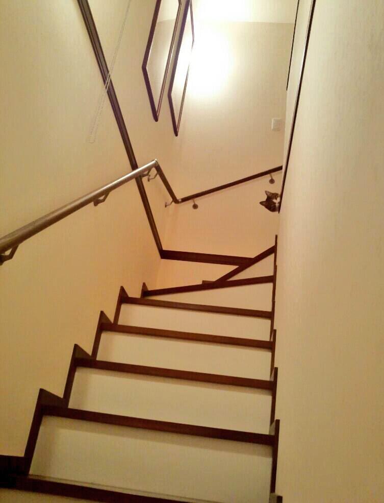 我が家の猫は人見知りで、お客様が来ると隠れます。でも「ピーちゃん、うっちゃん」名前を呼ぶと、ちょこっとお顔を見せてくれます。 pic.twitter.com/fqQE2Ndaxa