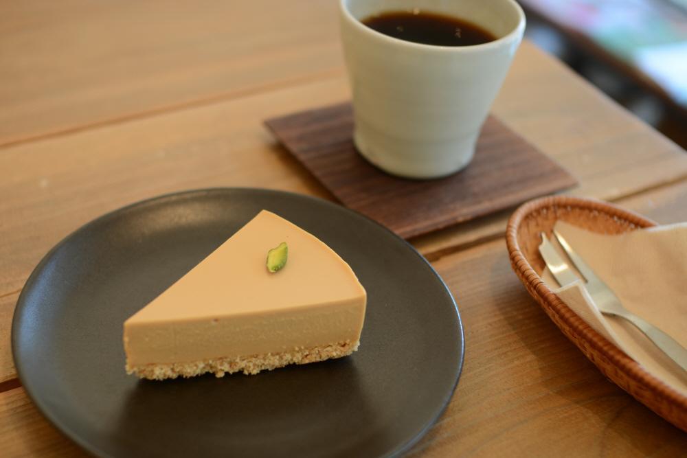새로운 메뉴 또 하나는 계절 한정 케이크, 캐러멜 레어 치즈케이크입니다. http://t.co/uhYkt3dTkF http://t.co/E2iXjayFT3