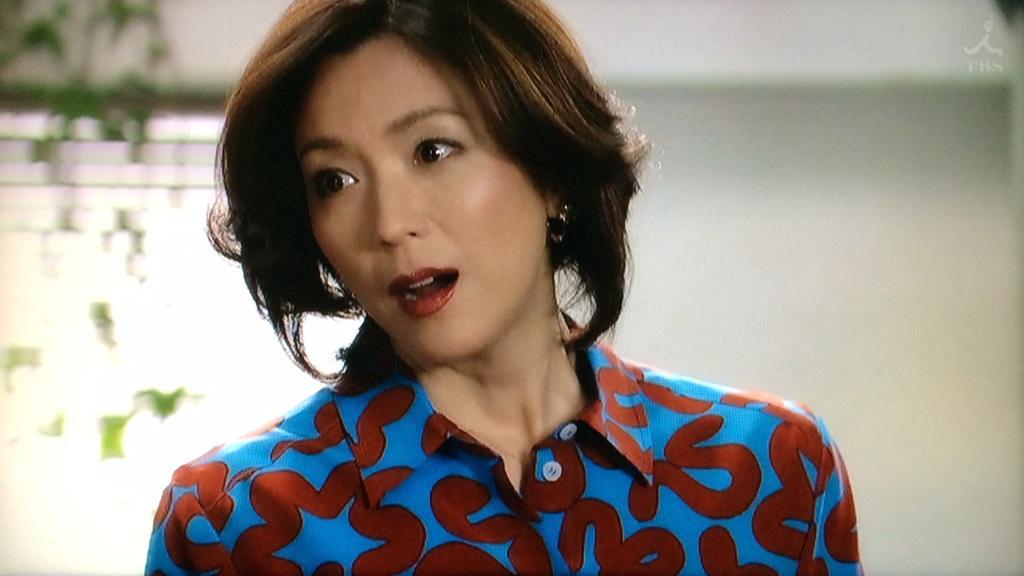 面白いシャツを着た若村麻由美