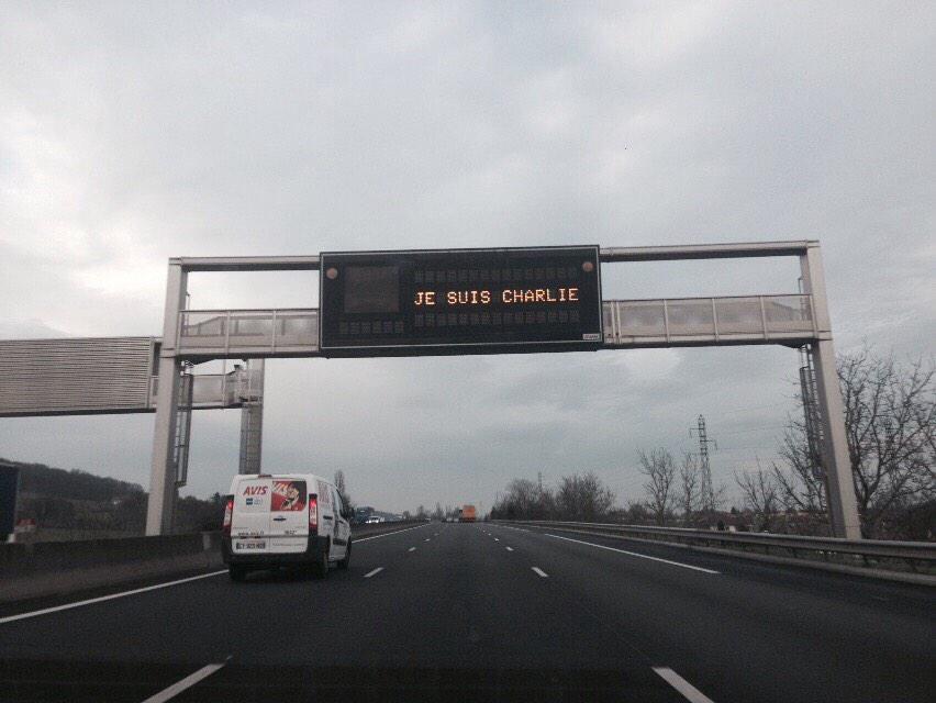 Je suis Charlie, op de matrixborden boven de Franse snelwegen. #JeSuisCharlie http://t.co/749e4ph6J8