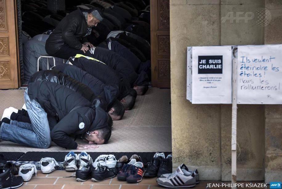 """""""Ils veulent éteindre les étoiles. Nous les rallumerons."""" Prière du vendredi à St-Etienne. #JeSuisCharlie #Islam http://t.co/4uC0MFVodo"""