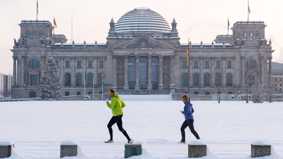 in berlin liegen aktuell 11 zentimeter schnee heute abend ist deutschland fast ganz wei. Black Bedroom Furniture Sets. Home Design Ideas