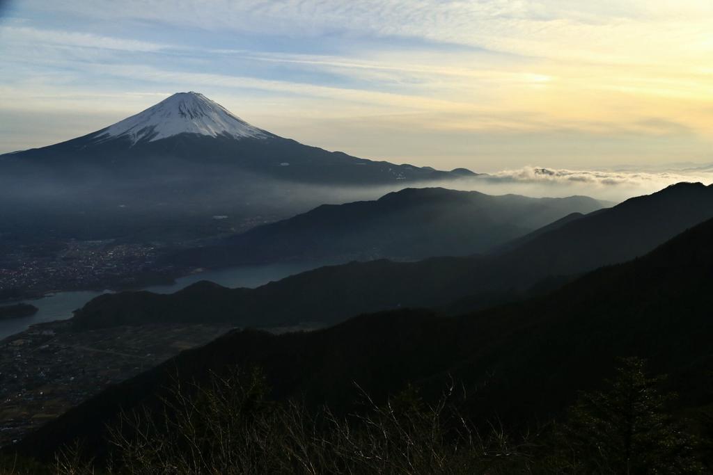 笠雲の後に現れたのは「日暈」そして「幻日」 夕焼けこそ無かったものの、いつもと変わらぬ変幻自在な富士山を見せて頂きました♪ #写真好きな人と繋がりたい  #富士山