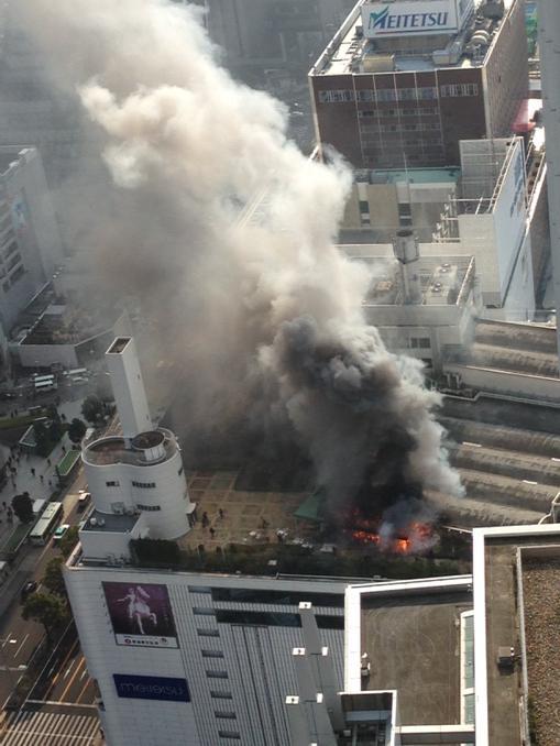 名鉄百貨店屋上、めっちゃ燃えてる pic.twitter.com/VIuS4lVeYW
