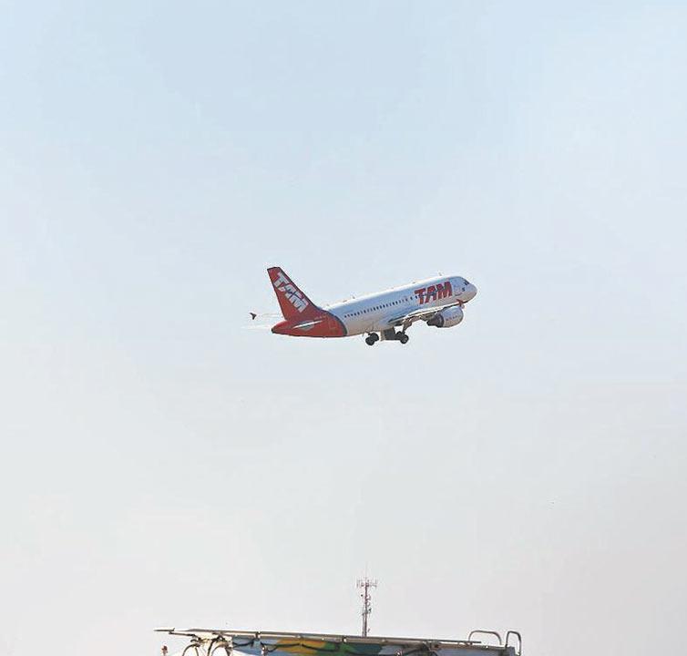 Tenente da Aeronáutica perde voo e dá voz de prisão a funcionários da TAM http://t.co/pitPl6yYaf http://t.co/arOYGqW2Cw