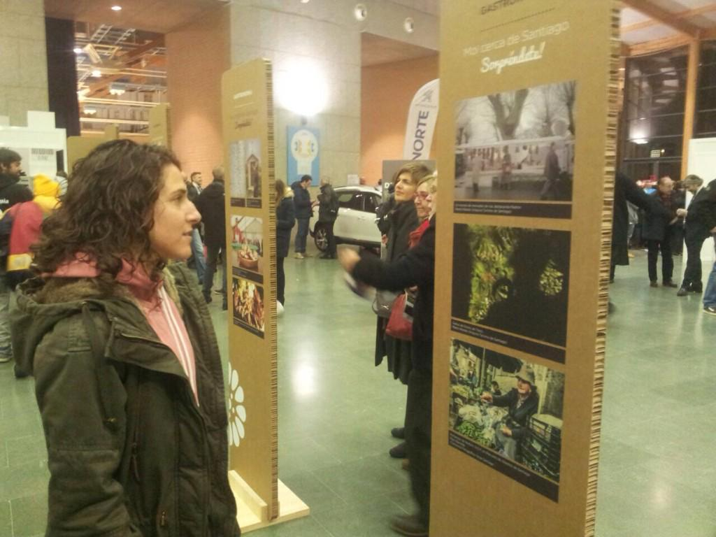 Verónica Boquete visitando la exposición de Área Santiago