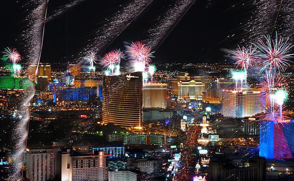One of the best shot of #VegasNYE via @mikandynothem #nye2015 #vegas #fireworks http://t.co/WuqiPphL0k