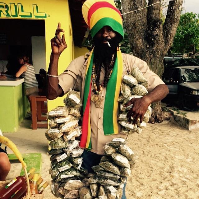 こーゆーマリファナ売りのおじさんもジャマイカならでは。マリファナ=悪いもの っていう日本の教育、それに流されてる人たち、ちゃんちゃらおかしいね。 http://t.co/Whm7SGFlwl