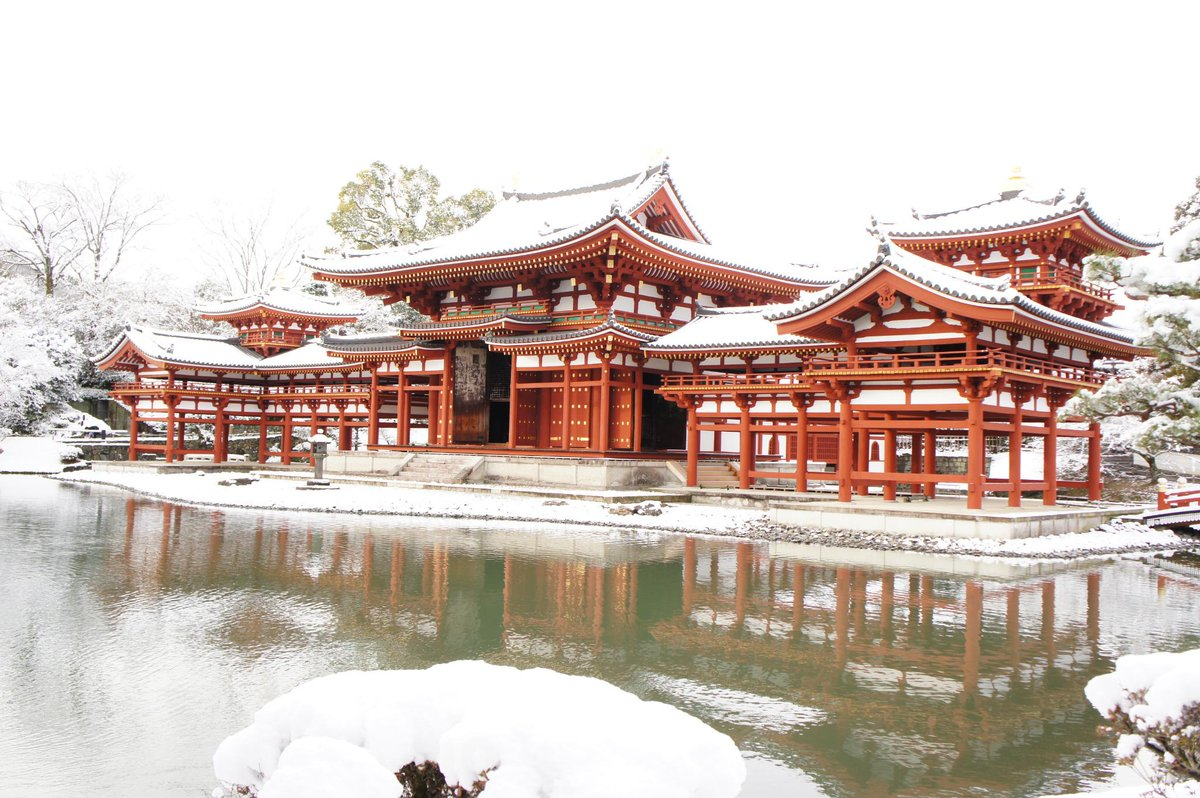 今朝の雪の平等院、大変ご好評のようですので、もう少しお写真載せておきますね。屋根の上の鳳凰も、今回はきちんと写っております。 #宇治 #平等院 #京都観光 pic.twitter.com/oEhmhk2HYY