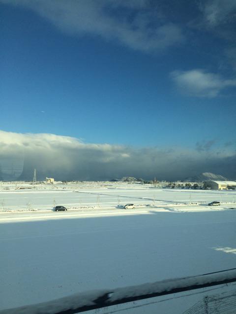 京都はすごい雪。東京に帰る新幹線は満席。でも窓からの、景色はサイコーに美しくて幸せ。 http://t.co/U7iC7cvMcj