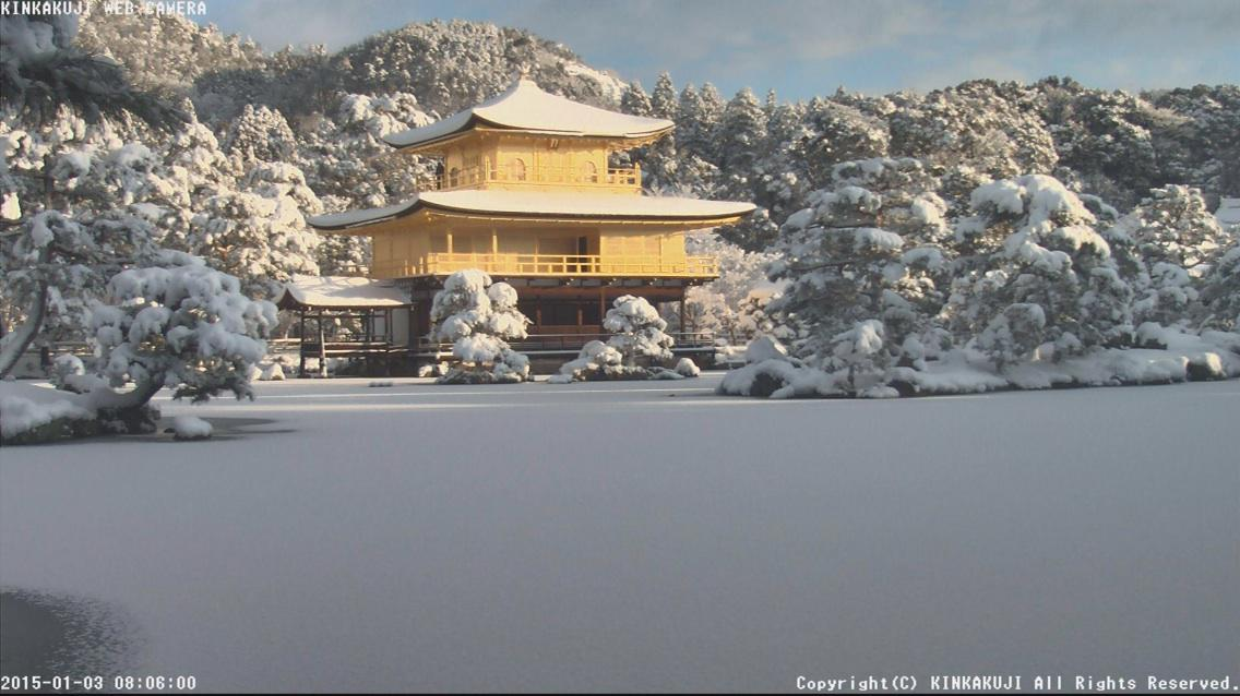 京都は連日の大雪で今朝の金閣寺は鏡湖池が凍って雪面になってます pic.twitter.com/mHs2J2dRAR