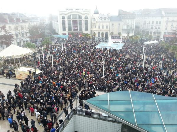 #CharlieHebdo > au moins 30.000 personnes, selon la police, ds une marche silencieuse à #Pau (Photos @SamouraiSister) http://t.co/mKNNOESJZD