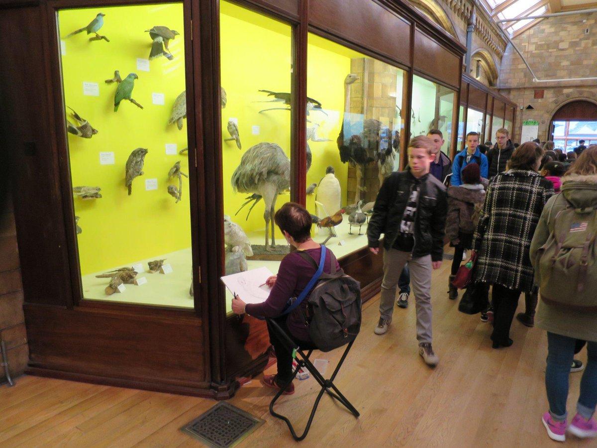 イギリスの博物館で印象的だったのは、展示をスケッチをしている人を時々見かけた事。覗き込むと失礼ながらアマチュアの方らしい。人は一杯だったけど、椅子を使っても誰も気にせず。こう言う光景が当たり前にある博物館て素晴らしい。 http://t.co/3kFsK4smbl