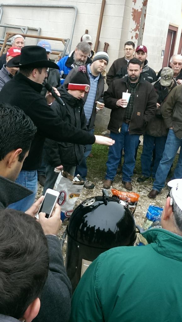 Brisket Camp, building a pit with Kevin Kolman. @webergrillsca @VirtualWeber @WeberGrills http://t.co/fThXMD4C5v