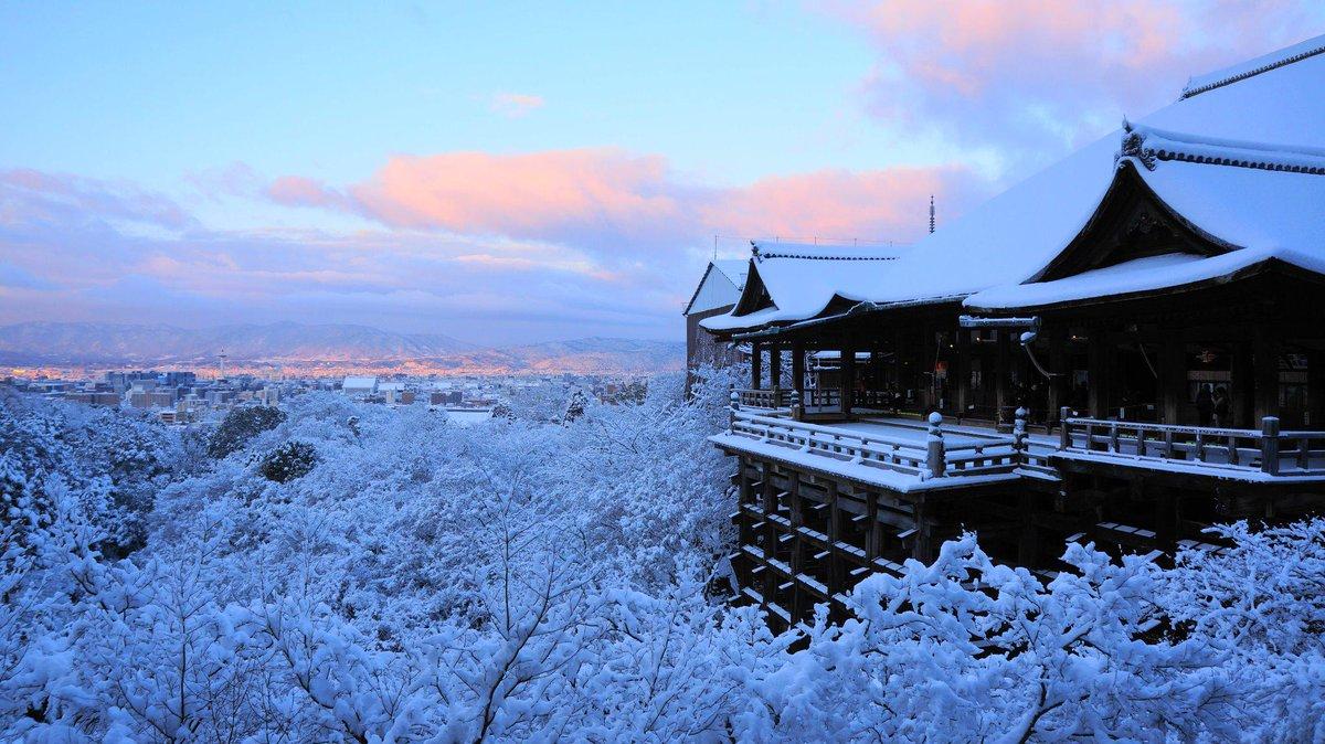 雪と朝焼けに包まれたた極上の清水寺です。今朝撮った写真です。京都の大雪のせいで足がびしょびしょになりましたが、素晴らしい雪景色をもたらしてくれました。 pic.twitter.com/eNOuEPIy05