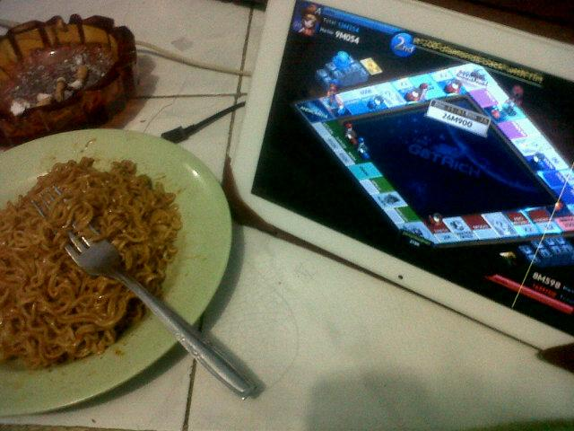 Main get rich sama @cikaandriany  kelaperan makan mie ampe 2bungkus :D wkwkw http://t.co/ZACvNZaOs1