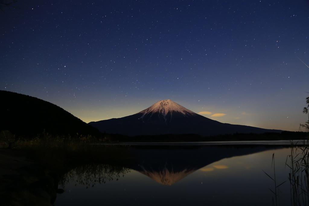 おはようございます!深夜からしぶんぎ座流星群と月光紅富士のコラボを狙って田貫湖にやってきました。残念ながら月光紅富士とのコラボは右端と微妙に終わりましたが、いくつか流星群はゲット出来ました♪ #写真好きな人と繋がりたい #富士山 pic.twitter.com/FGIWqNdlxT