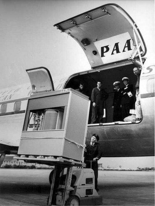 1956 - A 5 MB Hard Drive being loaded onto a Pan Am Plane http://t.co/QOIKGcATII