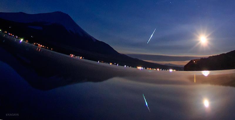 今朝のしぶんぎ座流星群、マイナス等級の明るい流れ星です。十三夜の月が照らす山中湖畔にて、4時52分に撮影。 pic.twitter.com/yRkaOTTslv