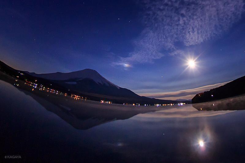 今朝、流れ星を待つ間に見られました。湖面に映る幻月(中央)。湖面に発生した色づく蒸気霧(右下)。 pic.twitter.com/NlIkDusFnE