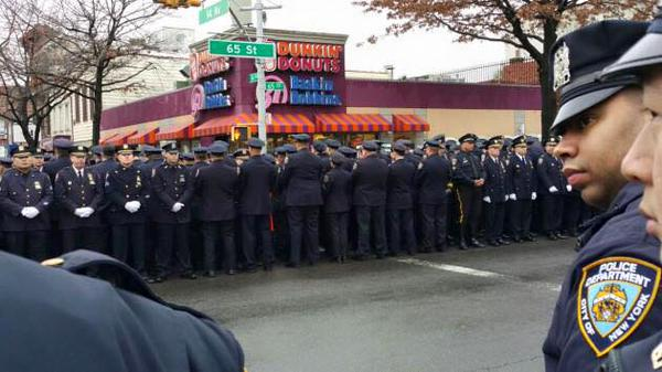 Nothing can beat this photo of #NYPD facing @DunkinDonuts over their slain brothers family and mayor. http://t.co/7e3V3bhZQD