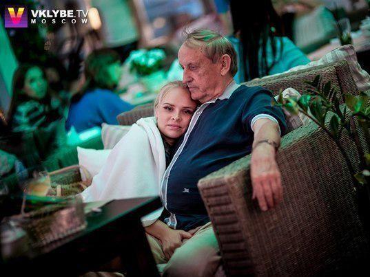дедушка резвиться с внучкой