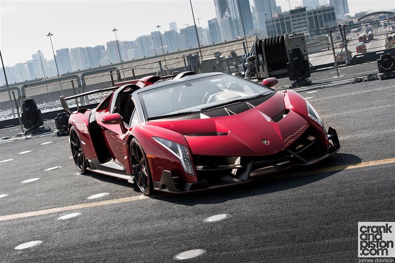 ランボルギーニ ヴェネーノ ロードスターお値段約4億4,200万円。限定9台のみ生産ってことだから実車を目にすることは一生ないだろう。この超アグッレシブデザイン。特にお尻の辺はもうコメント不能な位の超絶造形!やりすぎだろ・・ pic.twitter.com/Qy1MQJmvWz