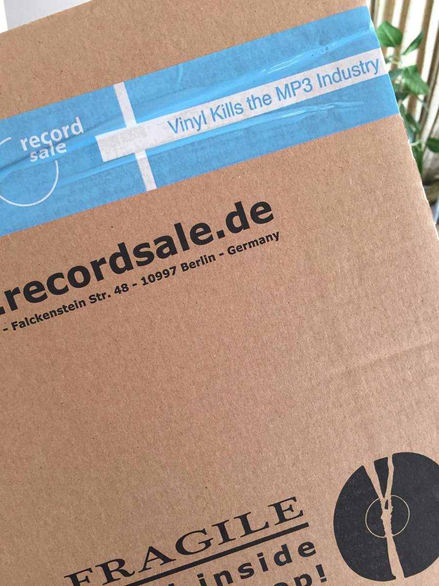 ドイツのレコード店からの荷物の梱包テープ。 「アナログ文化を守ろう」とかじゃなく、攻めの姿勢がカッコいい! http://t.co/dsTJaLpZ3t
