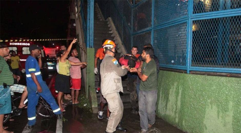 Bomberos trasladando heridos