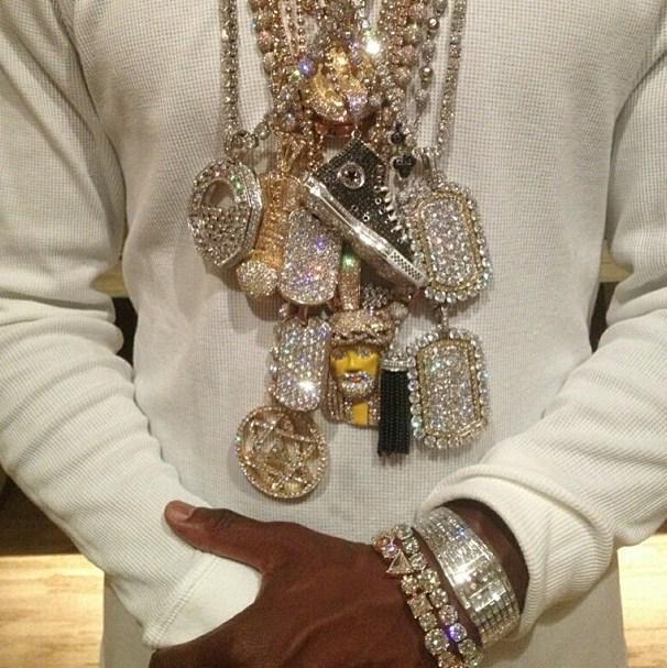 Mayweather mostra seus colares de diamante.