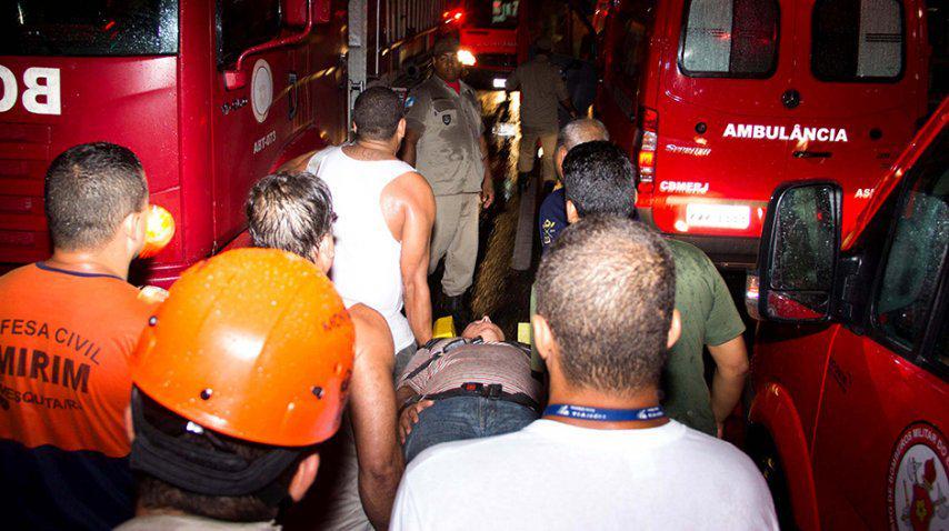 Heridos siendo trasladados de los trenes