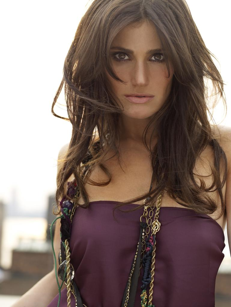 #celebfakefacts Idina Menzel really can make things freeze. The cold doesn't bother her anyway. http://t.co/QFKKOUFH8T