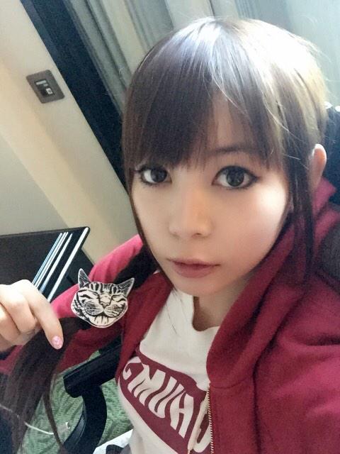 赤いパーカーを着る中川翔子
