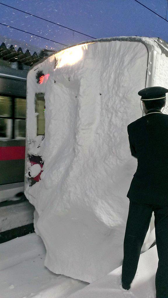こんな状況でも運行してる秋田の電車すごい!マジすごい!!ちなみにこれ、大曲駅についたばかりの電車と、角館駅の線路です。線路がろくに見えない(汗) pic.twitter.com/Nes3NGEs1W